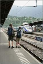 Die Bahn und ihre Fans/148563/waehrend-einige-bahnen-das-fotografieren-ihres Während einige Bahnen, das Fotografieren ihres Unternehmens nicht gern sehen, ja sogar verbieten, bieten andere Bahngesellschaften gar Fototouren an, denn sie wissen, zufriedene Fans sind die besten Werbeboten... Hier zwei Fotografen beim Ablichten eines 'Pinocchios' in Brig am 26. Juni 2011.
