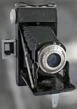 von gestern/54721/diese-kamera-ist-eine-agfa-billy Diese Kamera ist eine Agfa Billy 6.3. Sie ist aus den 30er und 40er Jahren des 20. Jahrhunderts. Sie ist für Rollfilm (6x9cm) und hat ein Agfa Agnar 1:6.3 / 105 Objektiv. Die kleinste Blende beträgt f22. Die Naheinstellgrenze beträgt 1m. Der Vario-Verschluß lässt als Verschlußzeiten 1/200s, 1/50 und 1/25s sowie 'B' zu.