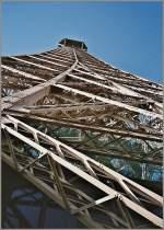 Paris/175144/ein-geruest-aus-stahl-und-nietender Ein Gerüst aus Stahl und Nieten:Der Eifelturm in Paris. (verm. Herbst 2001)