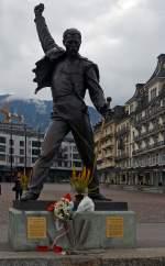 Genferseeregion/182862/wird-von-vielen-fotografiert-die-statue Wird von vielen fotografiert: Die Statue von Freddie Mercury am Genfersee in Montreux am 26.02.2012. Die eine hat ihn von hinten fotogafiert, der andere halt von vorne.